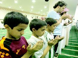 أطفال يصلون