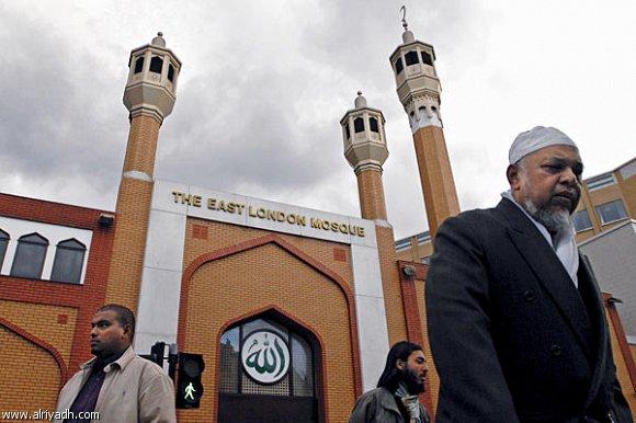 صور لمسلمين بريطانيين وخلفهم مسجد