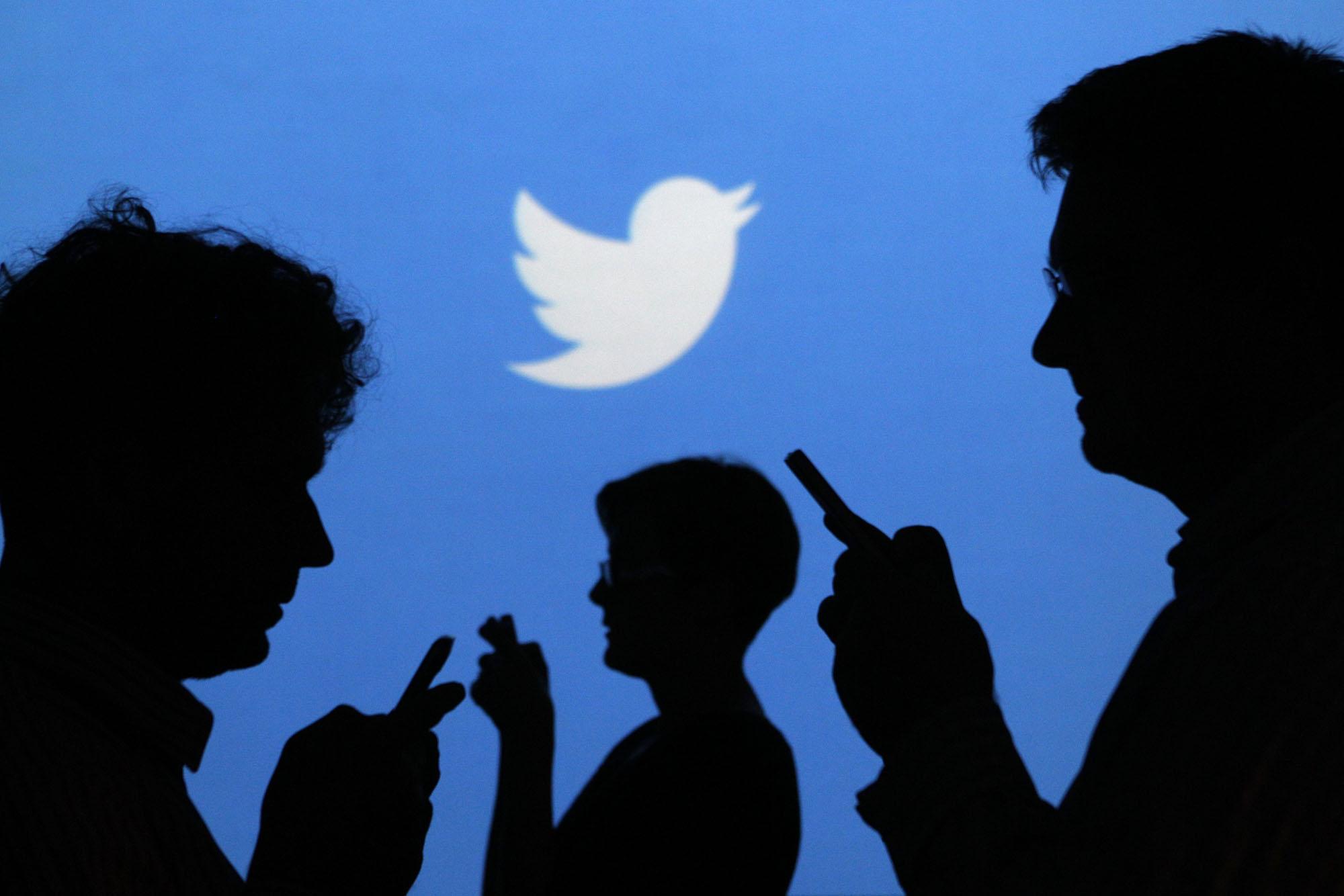 أناس يتواصلون من خلال تويتر