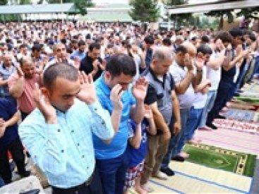 مسلمون يؤدون صلاة العيد