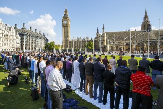 مسلمون ببريطانيا يصلون- عدد المسلمين